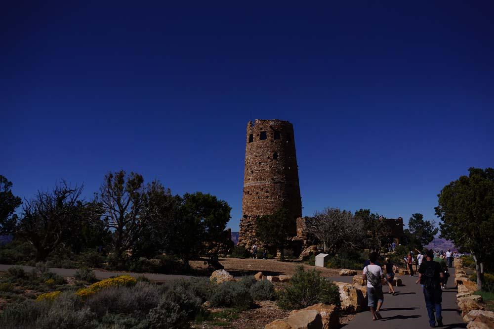 立派な塔だ。塔にどんどん人が吸い込まれていく。頑丈な作りのようだ