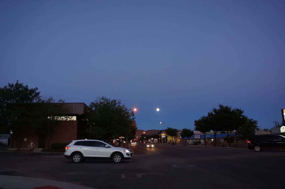 明るかったがこの時間の月はあまり写真の写りが悪い