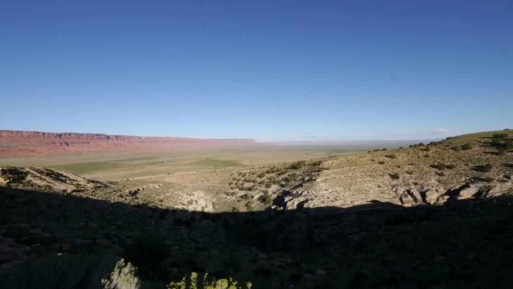 長り昇り坂のあと、我々が来た道を眺める。先ほどの写真にあった岩が見える。