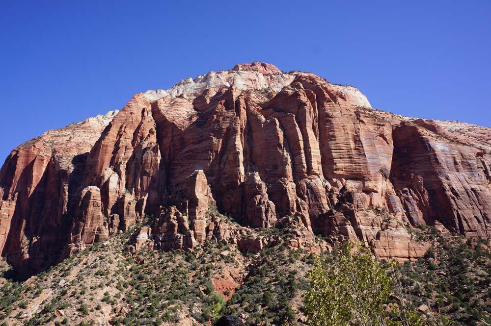 巨大な岩の目の前を通り過ぎる