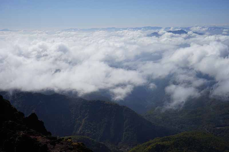 まさに雲の上にいる。いつもの光景とは全く逆。目線の先に遠くの山々の尾根が見えるがまた美しい。