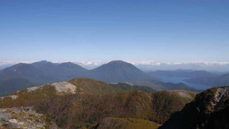 左に女峰山、中央に男体山が見える