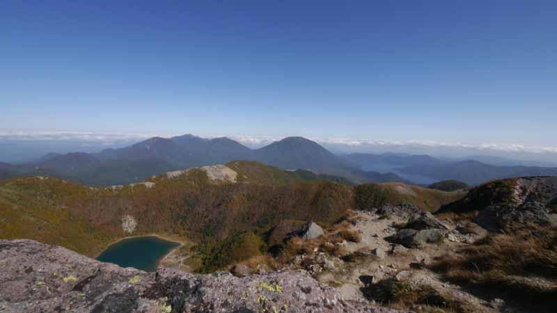 左手前から五色沼、中央左上が女峰山、中央が男体山、そしてその横に中禅寺湖。全てが一望できる素晴らし所。
